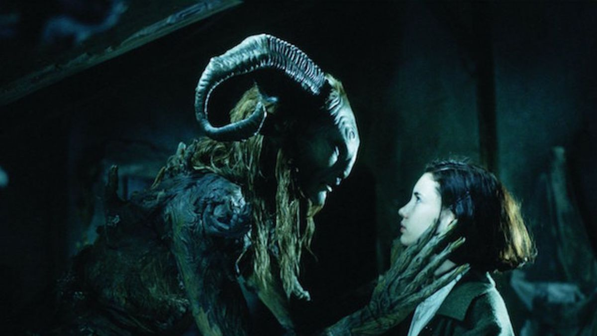 Un monstre aux grandes cornes et aux longs doigts s'accroupit devant une jeune fille.