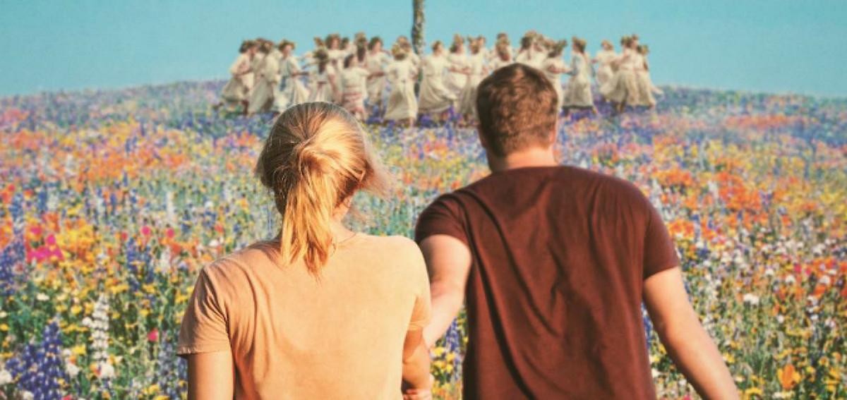les fils de midsommar tombent sur un champ prismatique de fleurs et un groupe dansant autour d'un mât de mai