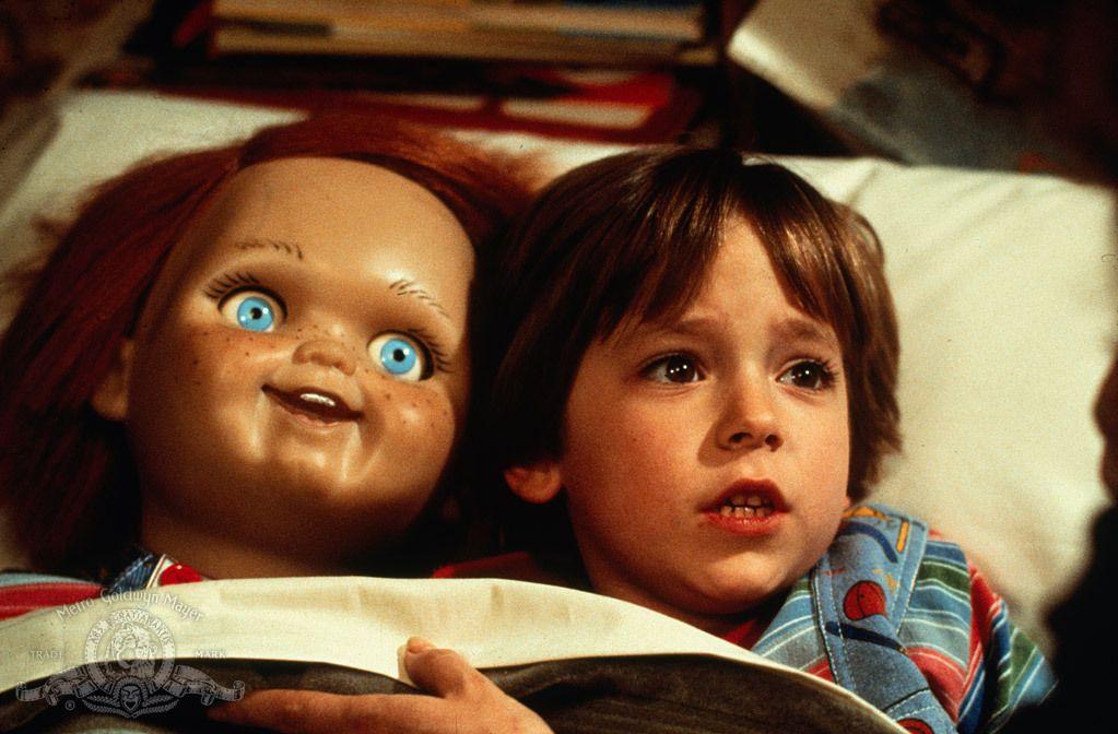 Andy (Alex Vincent) fait des câlins avec sa poupée Chucky dans une capture d'écran de Child's Play (1988)