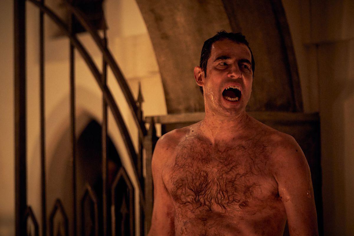 Un Dracula nu (Claes Bang) montre ses crocs dans une capture d'écran de Dracula de Netflix