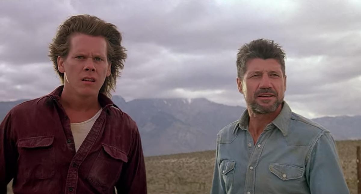 Val (Kevin Bacon) et Earl (Fred Ward) regardent au loin