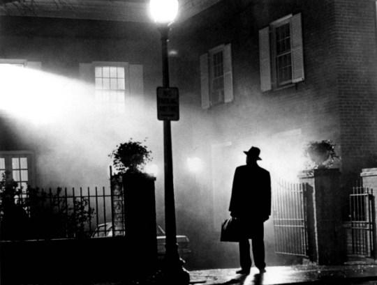"""FILE PHOTO FROM FILM THE EXORCIST ... Le film d'horreur de 1973 """"L'Exorciste"""" basé sur le roman de William Peter Blatty est réédité le 22 septembre 2000 avec 11 minutes de séquences inédites et un son complètement repensé.  Réalisé par William Friedkin, le film met en vedette Linda Blair, Ellen Burstyn, Jason Miller et Max Von Sydow, photographiés dans une scène du film.  REUTERS / Warner Bros / Document à distribuer ... E ... ENT"""