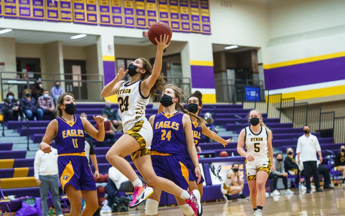 Kendra Harvey de Byron (24 ans) tente un tir lors d'un match de basket féminin contre Lourdes le mardi 26 janvier 2021 au lycée de Lourdes à Rochester.  (Traci Westcott / twestcott@postbulletin.com)