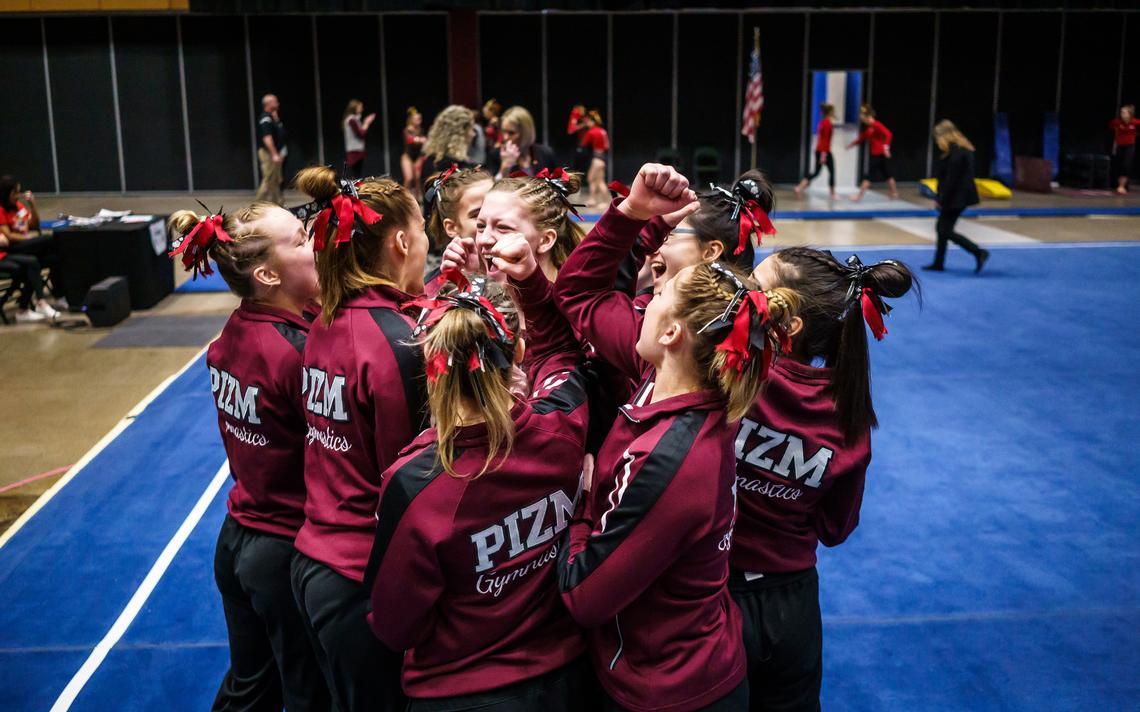 L'équipe de gymnastique de Pine Island / Zumbrota-Mazeppa se blottit lors de la réunion d'État de l'équipe de gymnastique de classe A le vendredi 21 février 2020 à l'auditorium Roy Wilkins à Saint-Paul.  La plupart des équipes de sports d'hiver des lycées de l'État peuvent commencer à s'entraîner aujourd'hui.  (Photo du fichier Post Bulletin par Joe Ahlquist)