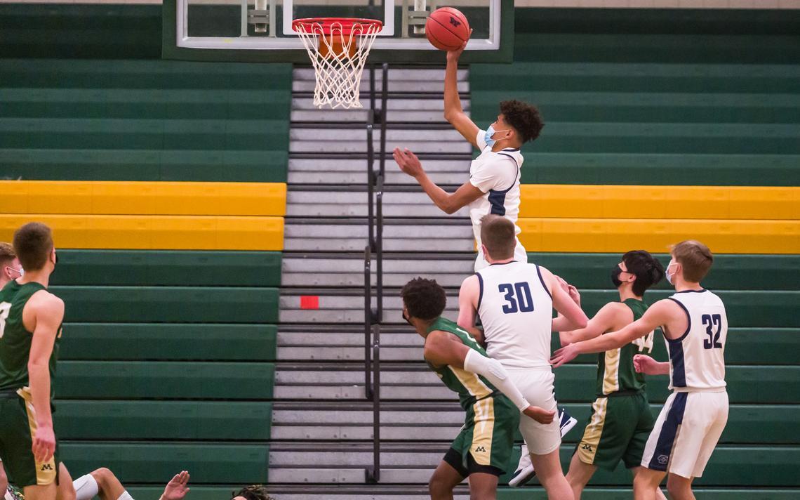 Jaden Wysocki de Century (11 ans) tente un tir lors d'un match de basket-ball de garçons contre Mayo le mardi 16 février 2021 au Mayo High School de Rochester.  (Traci Westcott / twestcott@postbulletin.com)