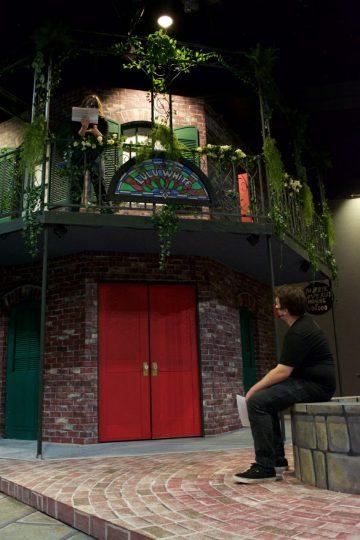 """Abbie Northrop (sur le balcon) et Weston Lawrence, étudiants de Linfield, répètent une scène de """"Une nuit à la Nouvelle-Orléans."""" La conception scénique est par Robert Vaughn.  Photo par: Clementine Dorsey"""