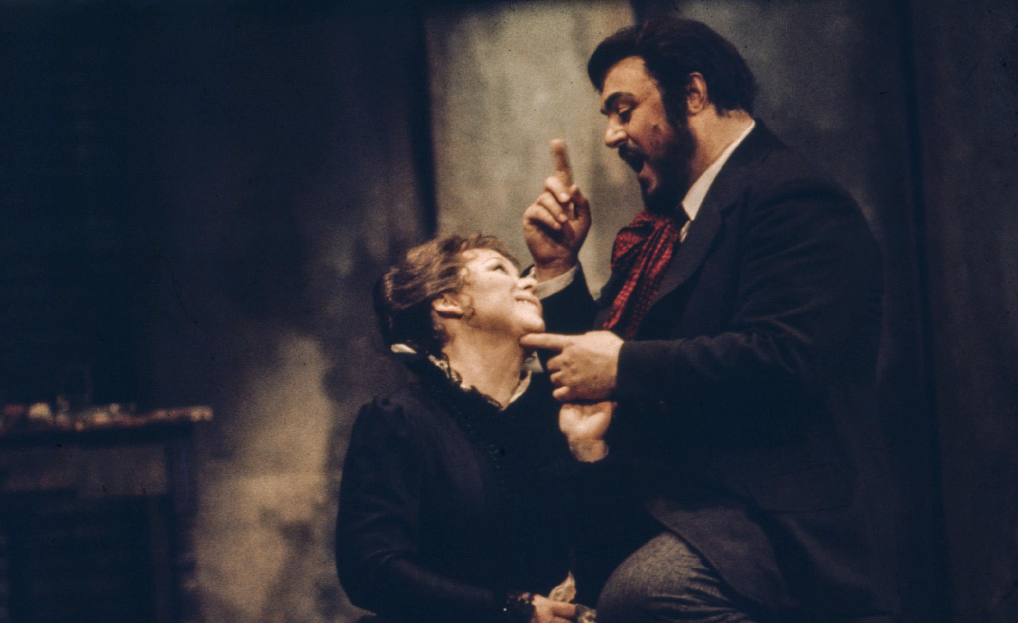 Renata Scotto dans le rôle de Mimì et Luciano Pavarotti dans le rôle de Rodolfo dans La Bohème de Puccini